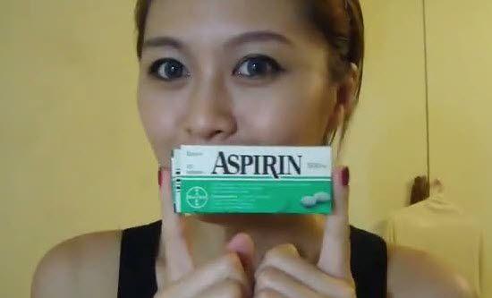 Дівчина тримає в руках аспірин